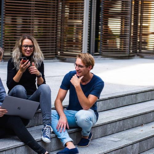 conversation en français entre 3 personnes